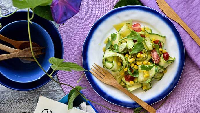Ζεστή σαλάτα με κολοκυθάκια και καλαμπόκι – 140 θερμίδες